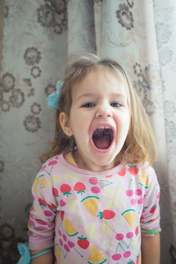 Посмотрите прелестную маленькую девочку стоковая фотография rf
