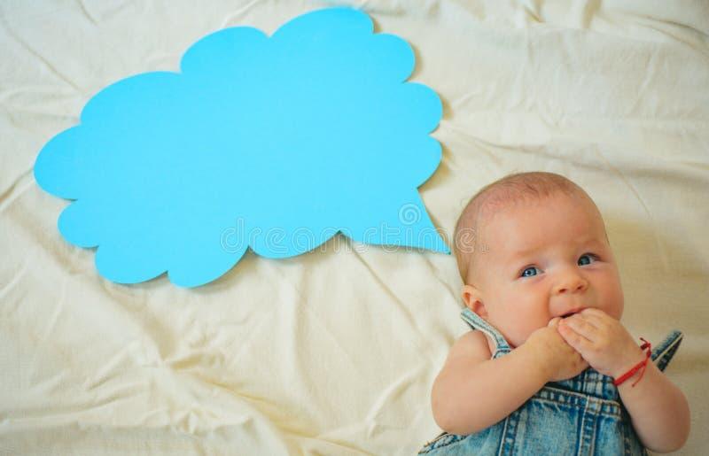 Посмотрите там Счастье детства изолированная предпосылка младенца немногой над белизной усмешки серии сладостной Новые жизнь и ро стоковые изображения rf