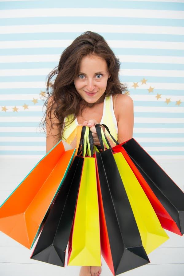 Посмотрите чего я получаю Черная девушка покупок пятницы Счастливые хозяйственные сумки владением девушки черная реклама продажи  стоковые изображения rf