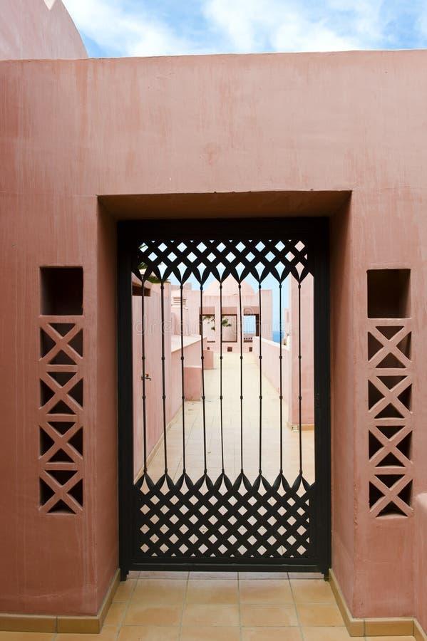 Посмотрите через открыт-работаемую дверь утюга стоковое фото rf