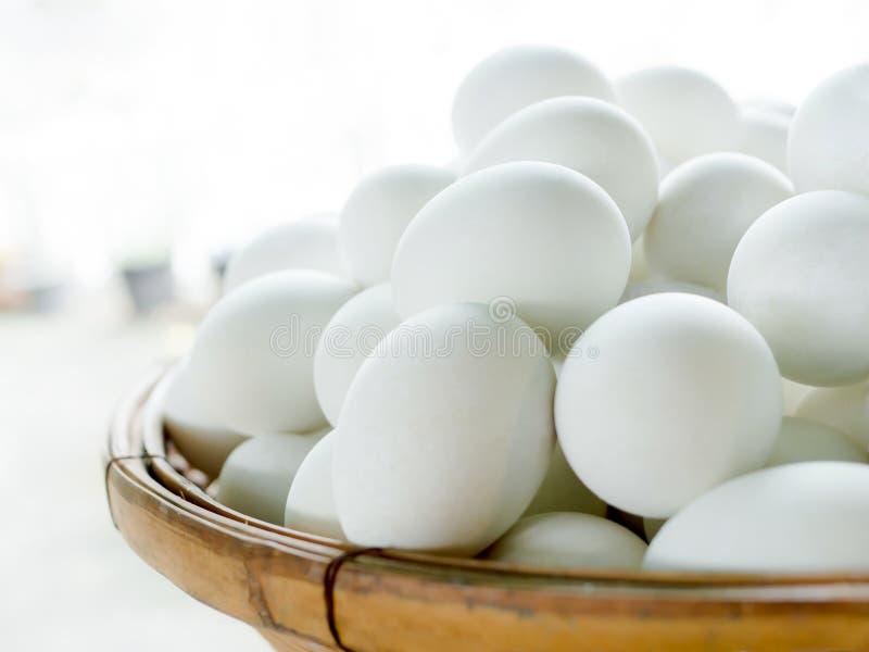 Посоленное яйцо утки в бамбуковой корзине на старом деревянном столе в кухне с космосом экземпляра концепция консервации еды Соле стоковое фото rf