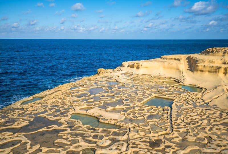 Посолите пруды испарения на острове Gozo, Мальте стоковая фотография