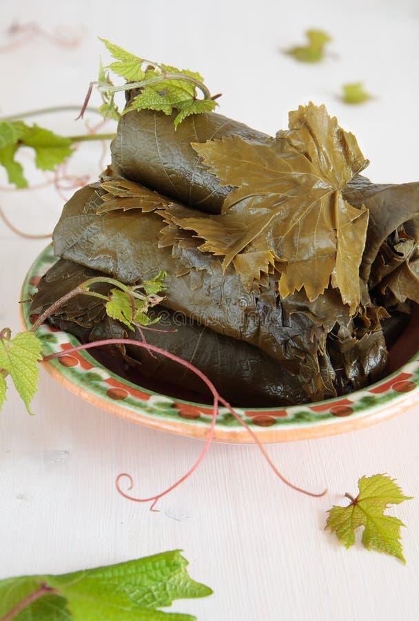 Посоленные листья виноградины в шаре стоковая фотография rf