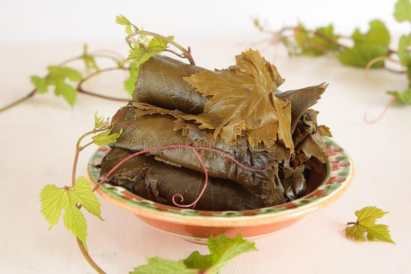 Посоленные и свежие листья виноградины стоковое изображение
