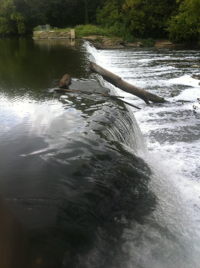 Посолите водопад заводи с журналом на мельнице Graue, Hinsdale, IL стоковые фото