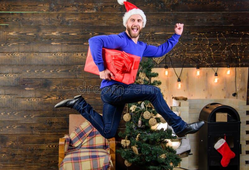 Поставка подарков Спешность шляпы santa человека для того чтобы поставить подарок в срок Распространенные счастье и утеха Бородат стоковая фотография
