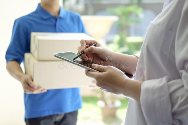 Поставка, почта, люди и концепция доставки стоковые фото