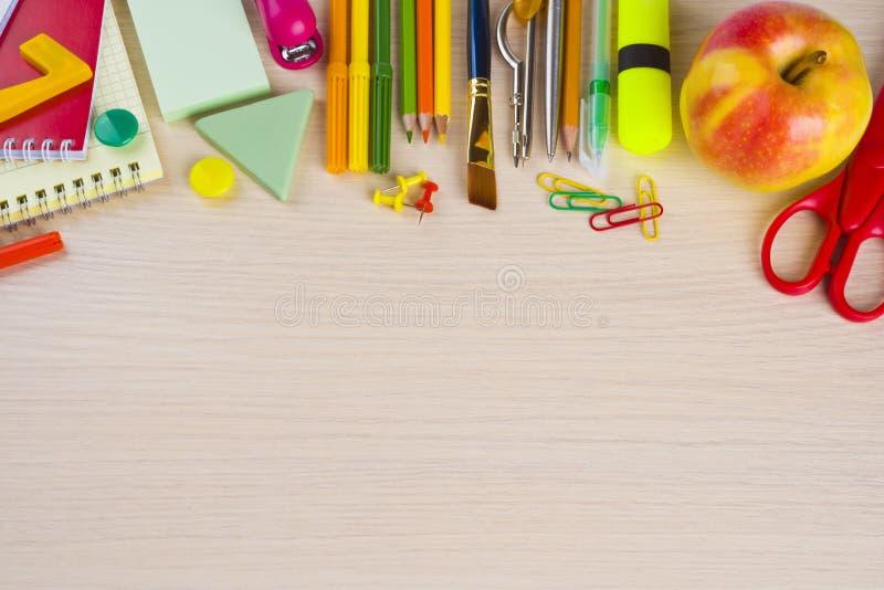 Поставки канцелярских принадлежностей школы на таблице стоковые изображения rf