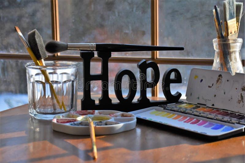Поставки художников вокруг знака надежды стоковые фото
