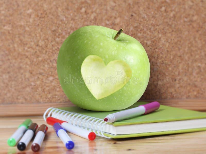 Поставкы и Apple школы стоковое изображение rf