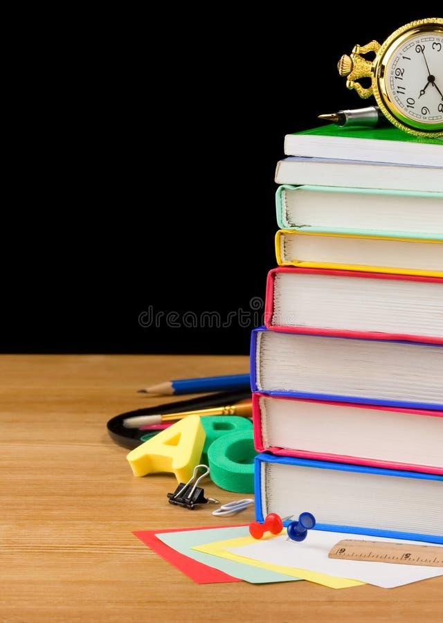 поставкы школы кучи черных книг стоковые изображения