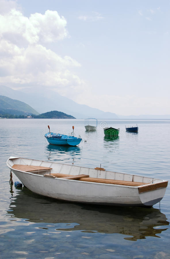 поставленные на якорь шлюпки плавая вода стоковая фотография