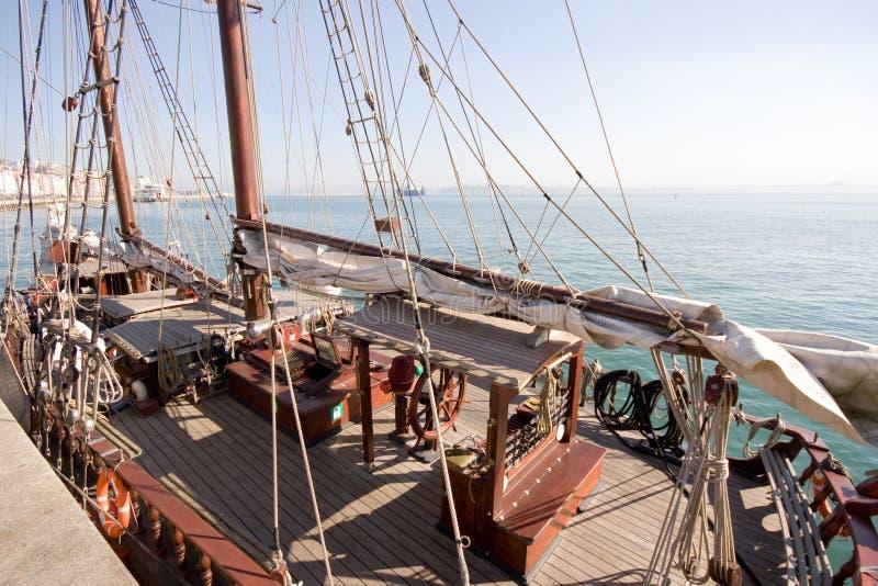 поставленный на якорь schooner стоковое изображение