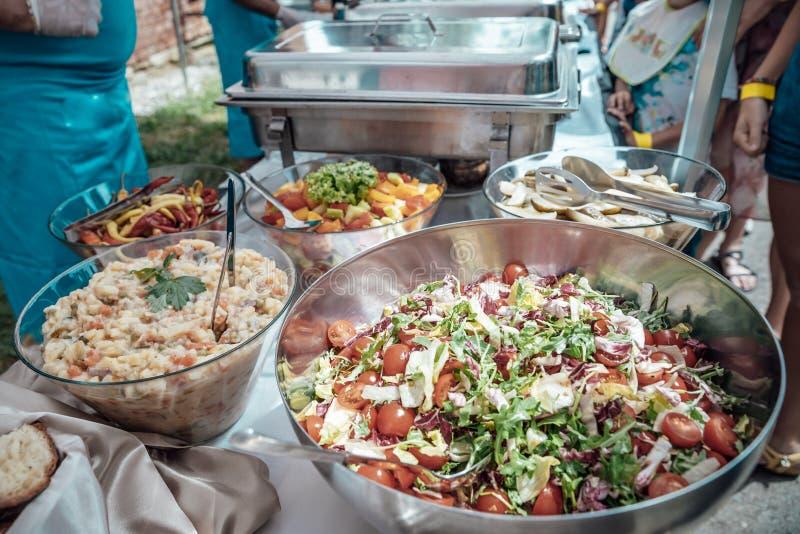 Поставляющ еду для дня рождения, свадьба, событие Жарить мясо, мозоль, бургер, сосиска, солнцецвет, овощи Блюда плода стоковые изображения rf