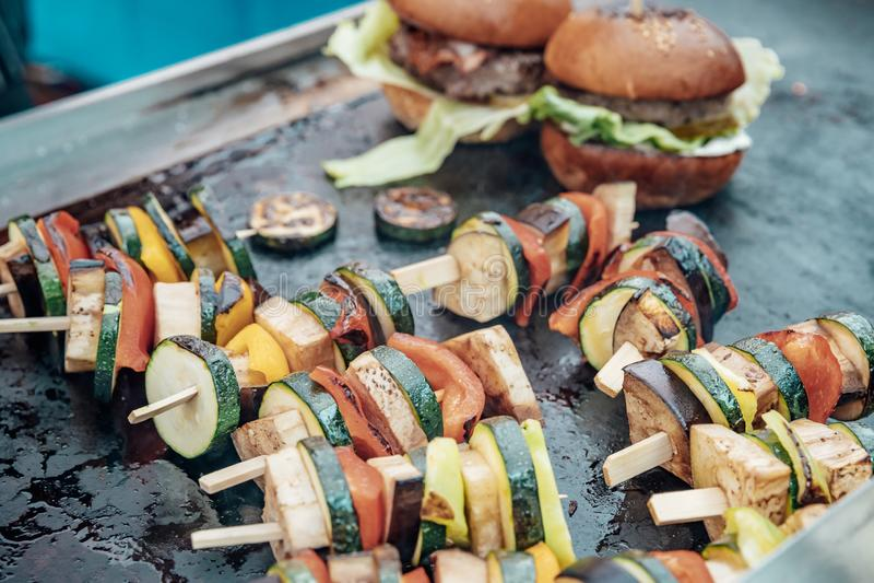 Поставляющ еду для дня рождения, свадьба, событие Жарить мясо, мозоль, бургер, сосиска, солнцецвет, овощи Блюда плода стоковое фото rf