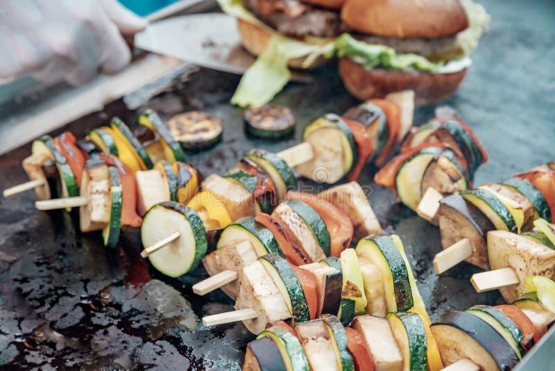 Поставляющ еду для дня рождения, свадьба, событие Жарить мясо, мозоль, бургер, сосиска, солнцецвет, овощи Блюда плода стоковые фотографии rf
