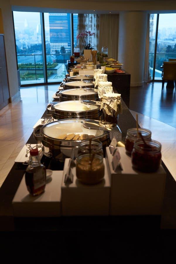 Поставляя еду еда шведского стола в ресторане гостиницы, конце-вверх Торжество стоковое изображение rf