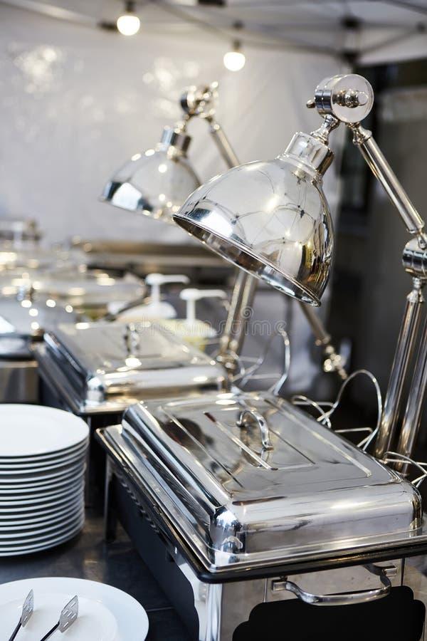 Поставляя еду свадьба еды готовая к гостям o стоковое изображение