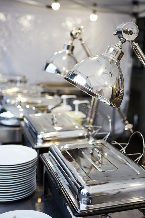 Поставляя еду свадьба еды готовая к гостям o стоковое фото rf