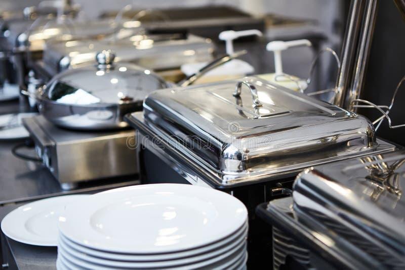 Поставляя еду свадьба еды готовая к гостям o стоковые изображения