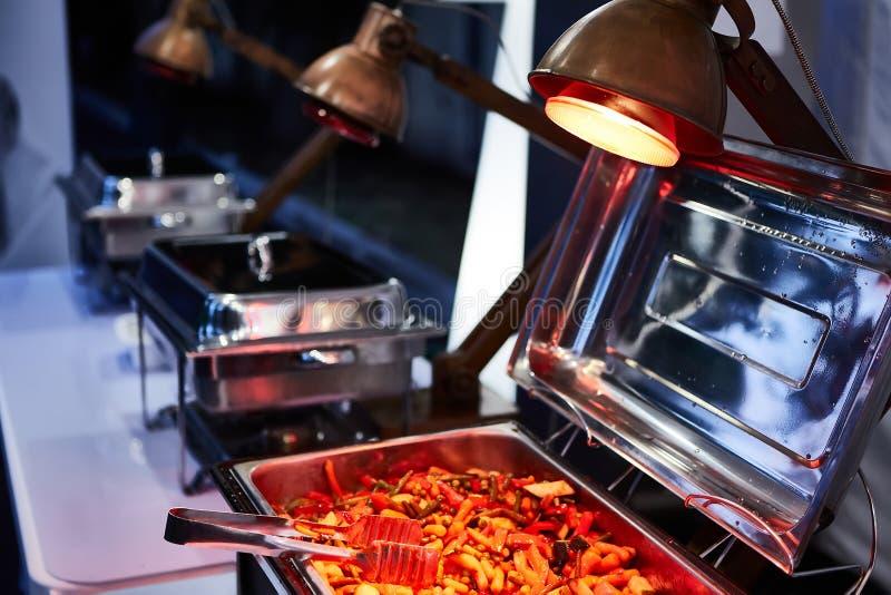 Поставляя еду свадьба еды готовая к гостям o стоковая фотография rf