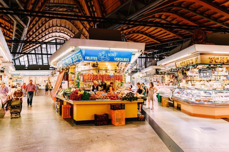 Поставщики продавая продукты рынка в Санта-Катарина Mercado города Барселоны стоковые изображения rf