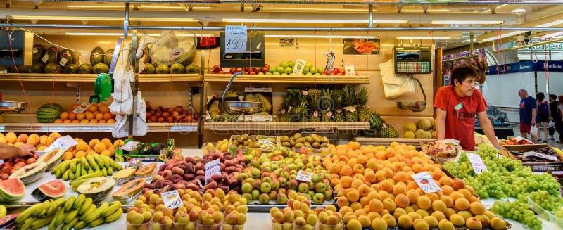 Поставщики продавая свежие фрукты в централи Mercado стоковая фотография rf