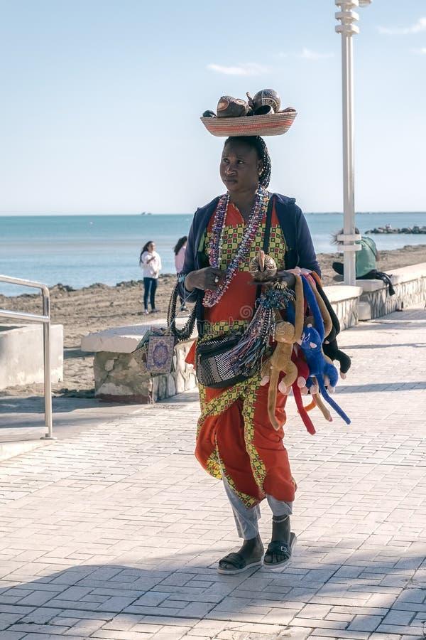 Поставщик женщины улицы продавая ручной работы сувениры стоковое фото