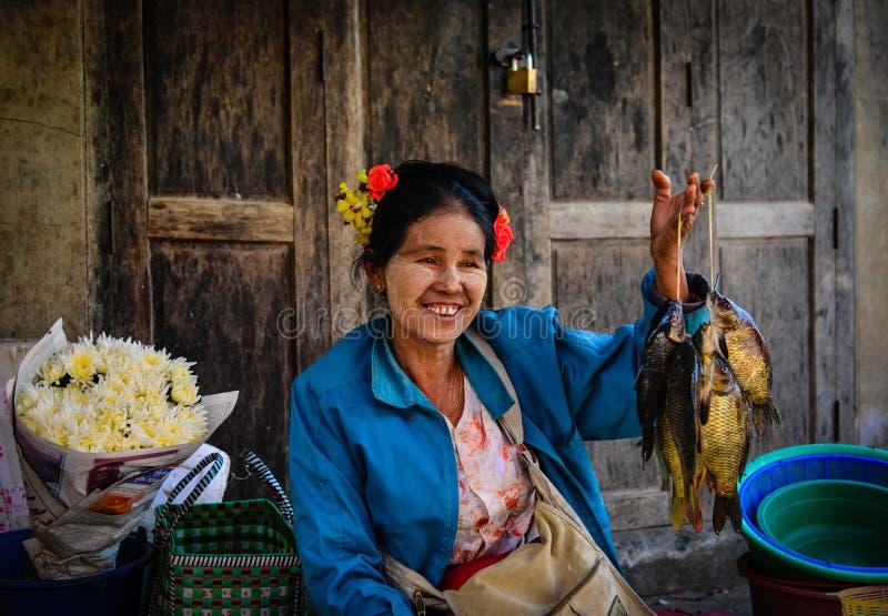 Поставщик на местном рынке в озере Inle, Мьянме стоковое фото rf