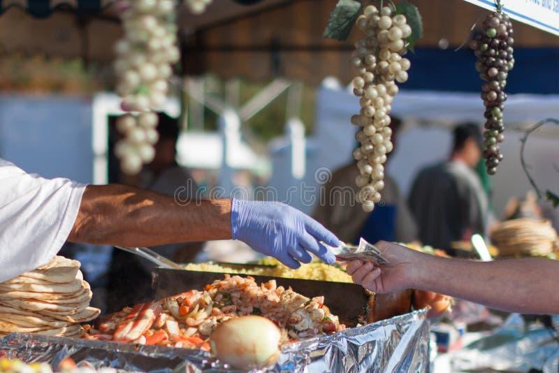 Поставщик продавая товары на рынке стоковые изображения