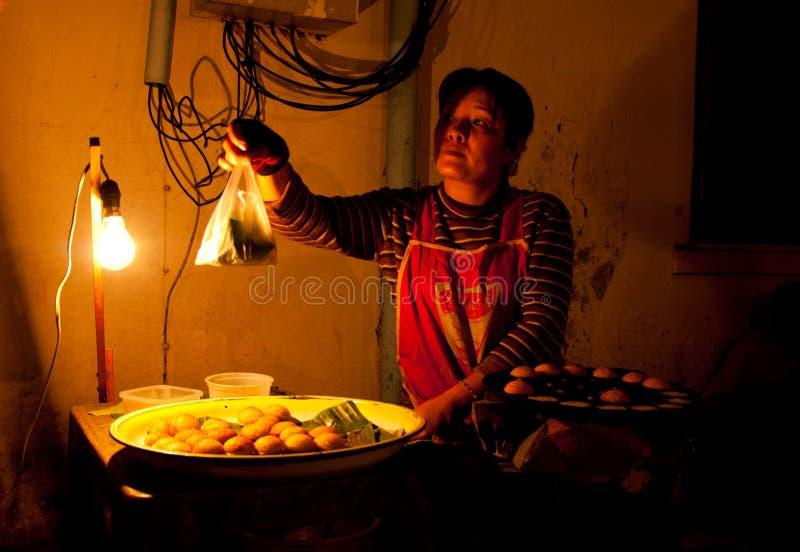 Поставщик продавая еду в Luang Prabang стоковая фотография rf