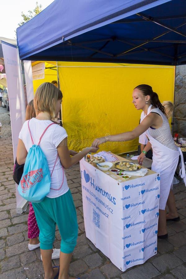 Поставщик продавая еду к клиенту на популярном фестивале еды улицы Naplavka в Праге стоковые изображения rf