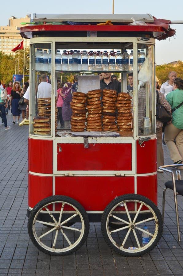 Поставщик продает традиционный хлеб бейгл стоковое фото rf