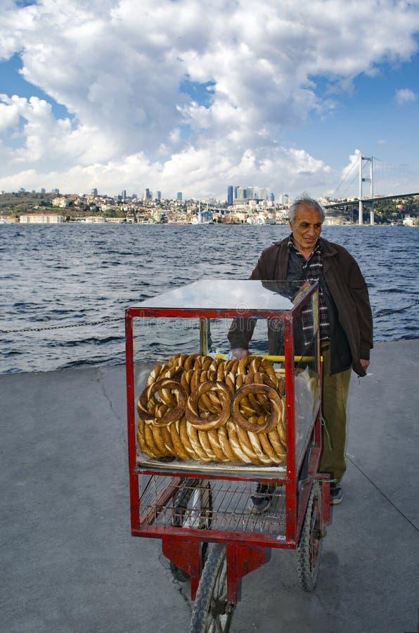 Поставщик продает традиционный хлеб бейгл стоковые фото