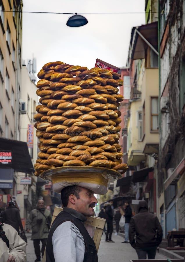 Поставщик продает simit, тип турецкого хлеба, в улицах  стоковое изображение