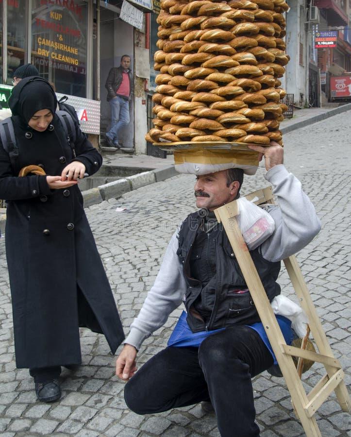 Поставщик продает simit, тип турецкого хлеба, в улицах  стоковая фотография rf