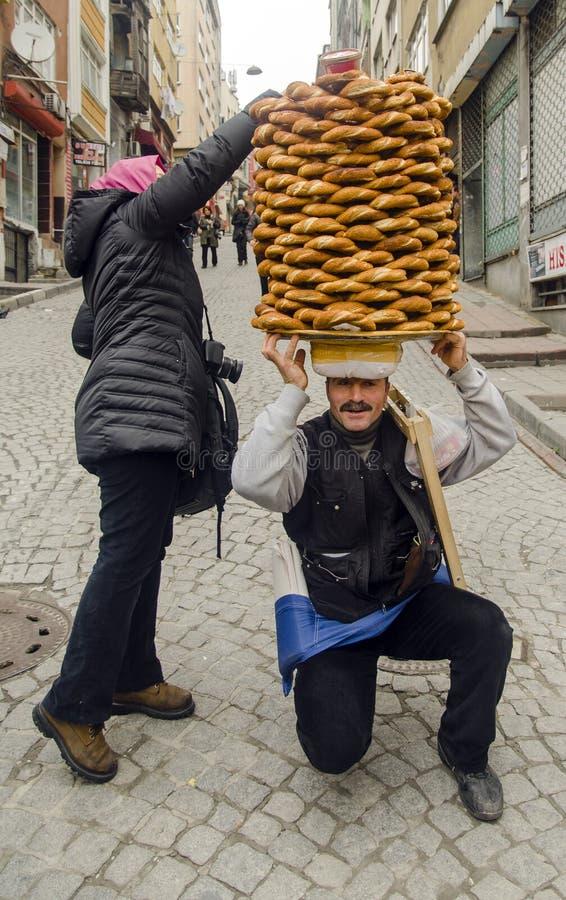 Поставщик продает simit, тип турецкого хлеба, в улицах  стоковое изображение rf