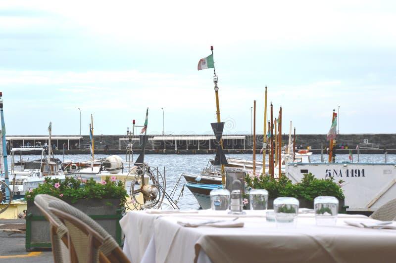 Поставьте вид на море на обсуждение на ресторане L'Approdo в острове Капри стоковое фото rf