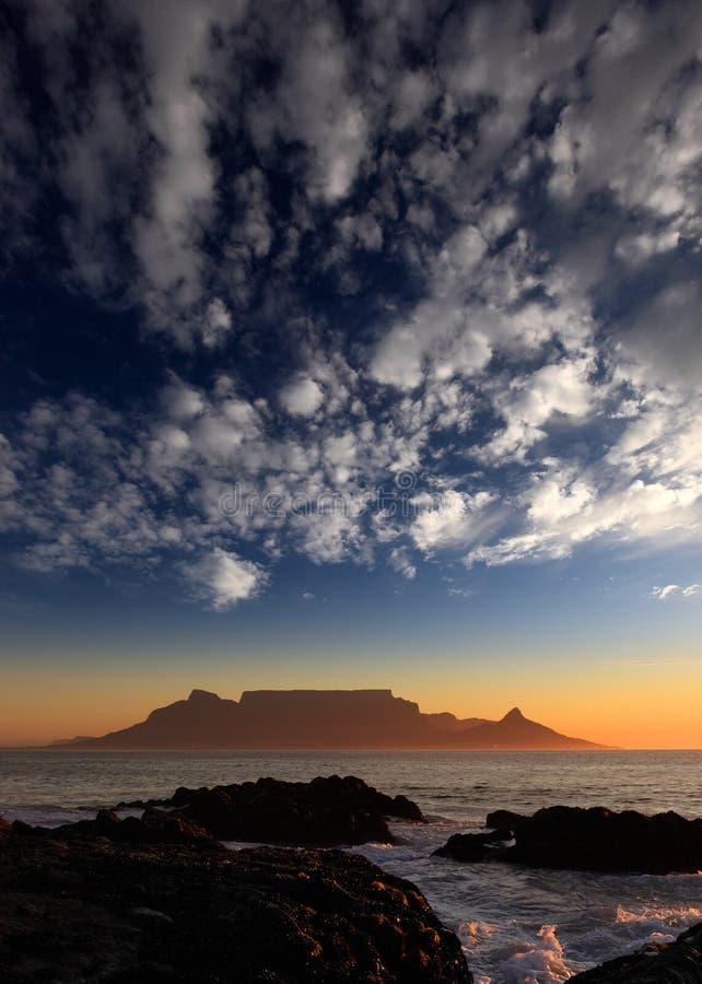 Поставьте гору на обсуждение с облаками, Кейптауном, Южно-Африканская РеспублЍ стоковые изображения