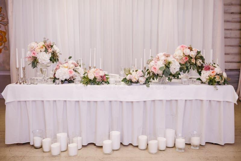 Поставьте оформление на обсуждение с белыми цветками и свечами для свадебного банкета стоковое фото rf