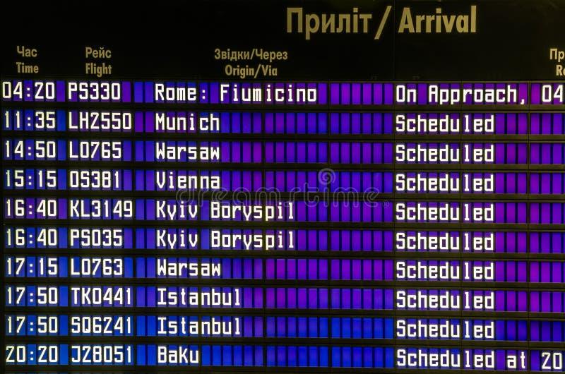 Поставьте прибытие на обсуждение полетов план-графиков на авиапорте в Львове, Украине стоковое фото