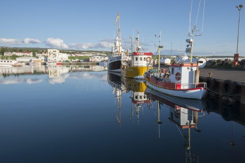 Поставленная на якорь рыбацкая лодка в гавани Husavik в Husavik, Исландии стоковое изображение rf