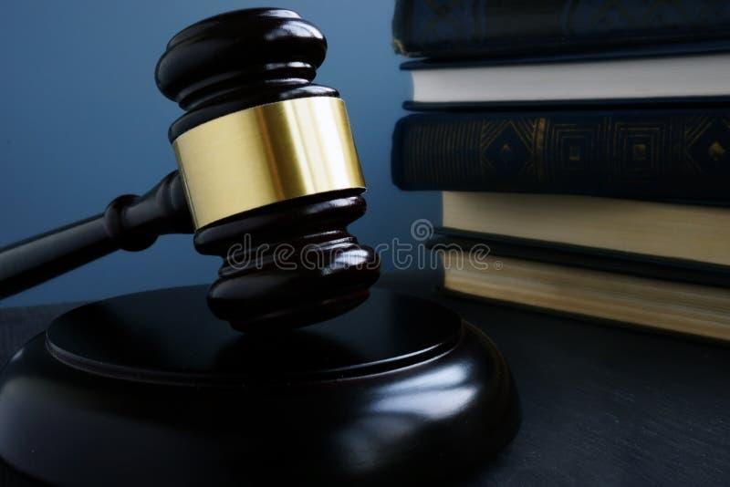 постамент правосудия принципиальной схемы 3d золотистый представляет маштаб Молоток и книги по праву в суде стоковая фотография rf