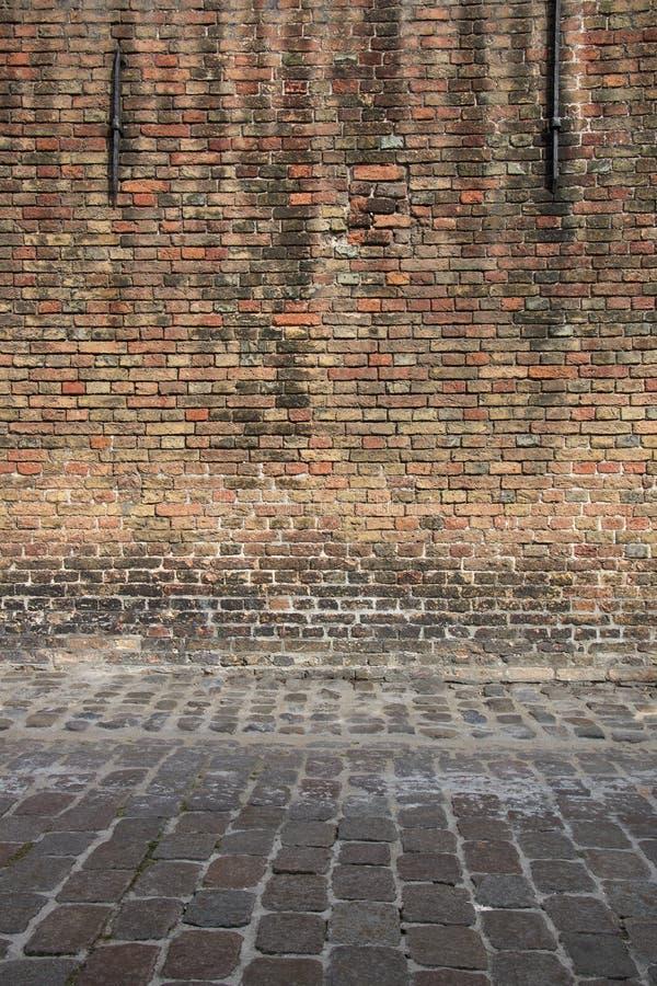 Постаретая выдержанная стена улицы Предпосылка детали архитектуры стена кирпича старая красная стоковые изображения