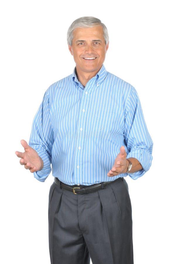 постаретая голубая gesturing striped рубашка человека средняя стоковые изображения