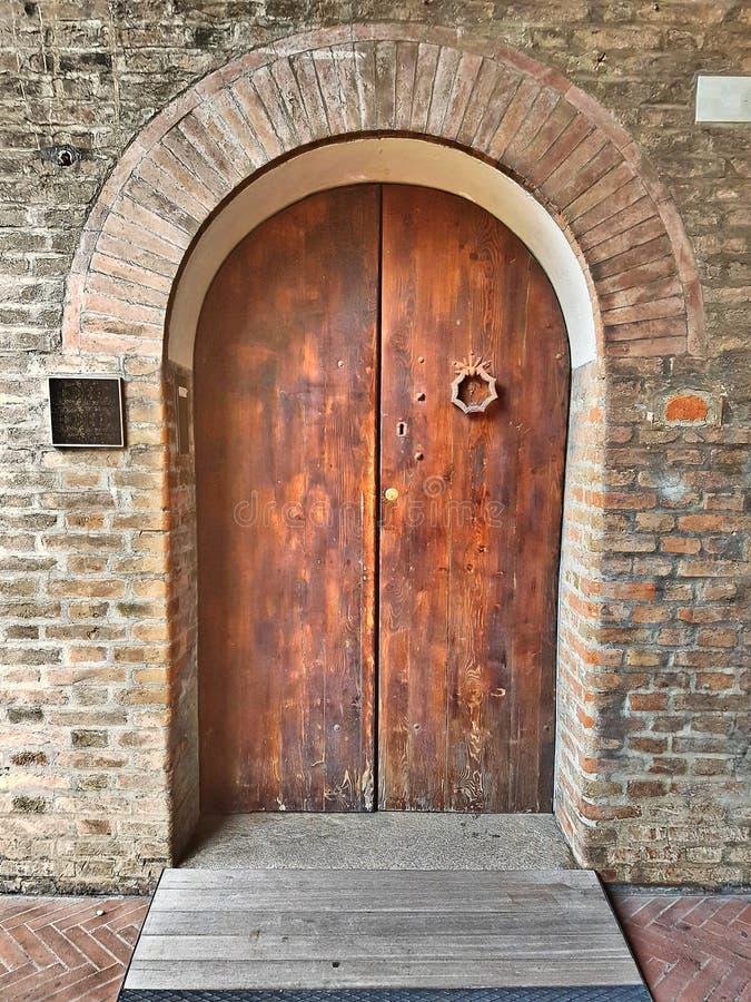 Постаретая деревянная входная дверь с сводом стоковое изображение rf