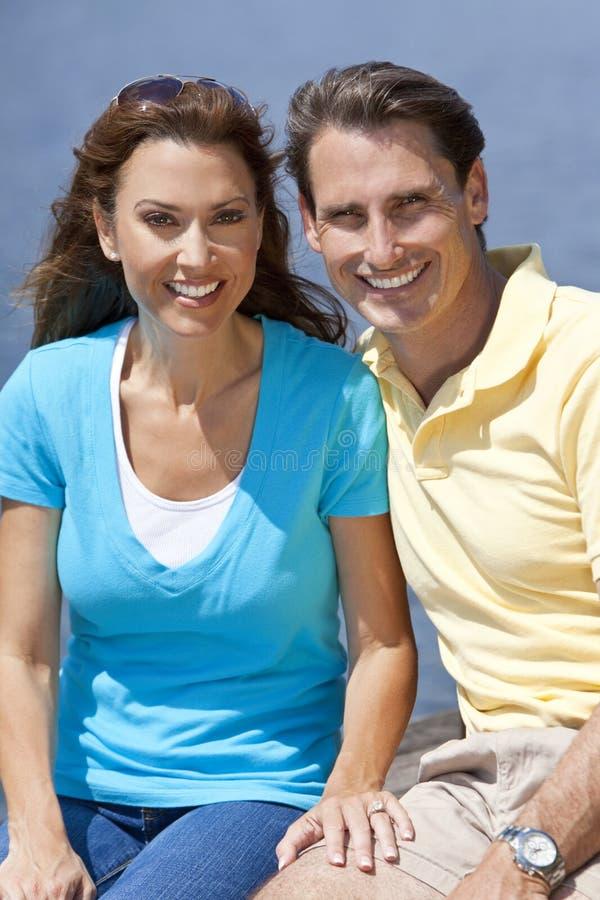 постаретая женщина середины человека пар счастливая стоковые изображения rf