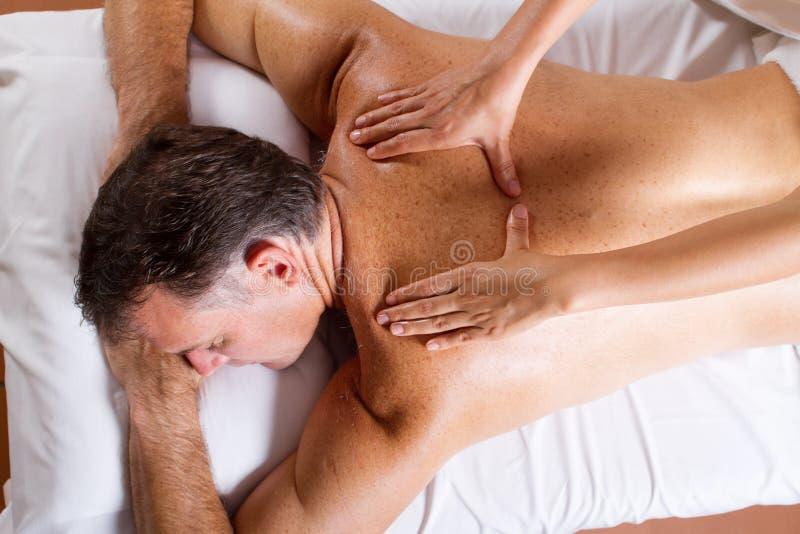 постаретая середина массажа человека стоковая фотография