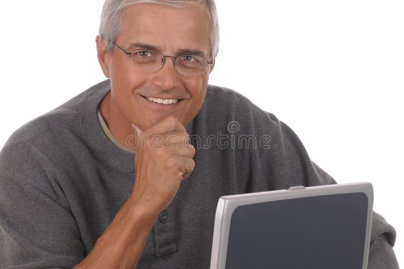 постаретая середина человека компьтер-книжки стоковая фотография rf