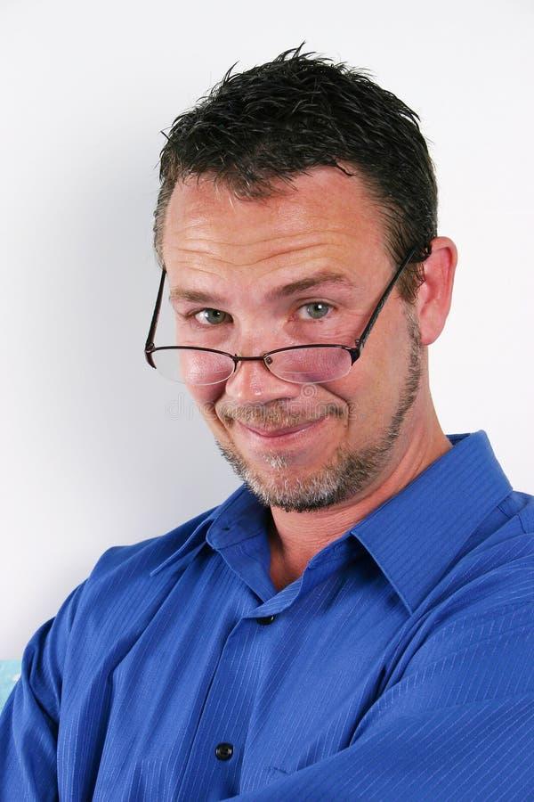 постаретая середина человека bifocals красивая стоковая фотография rf